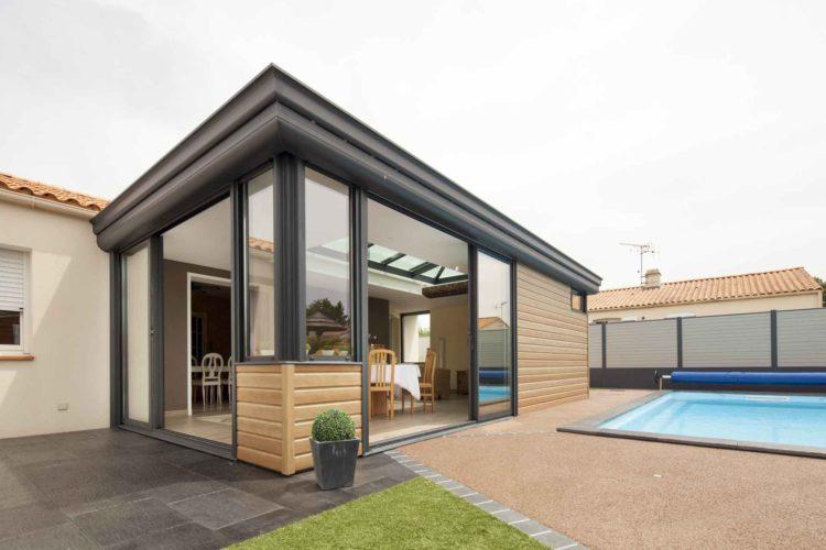 Installation d'une extension sur une terrasse devant piscine