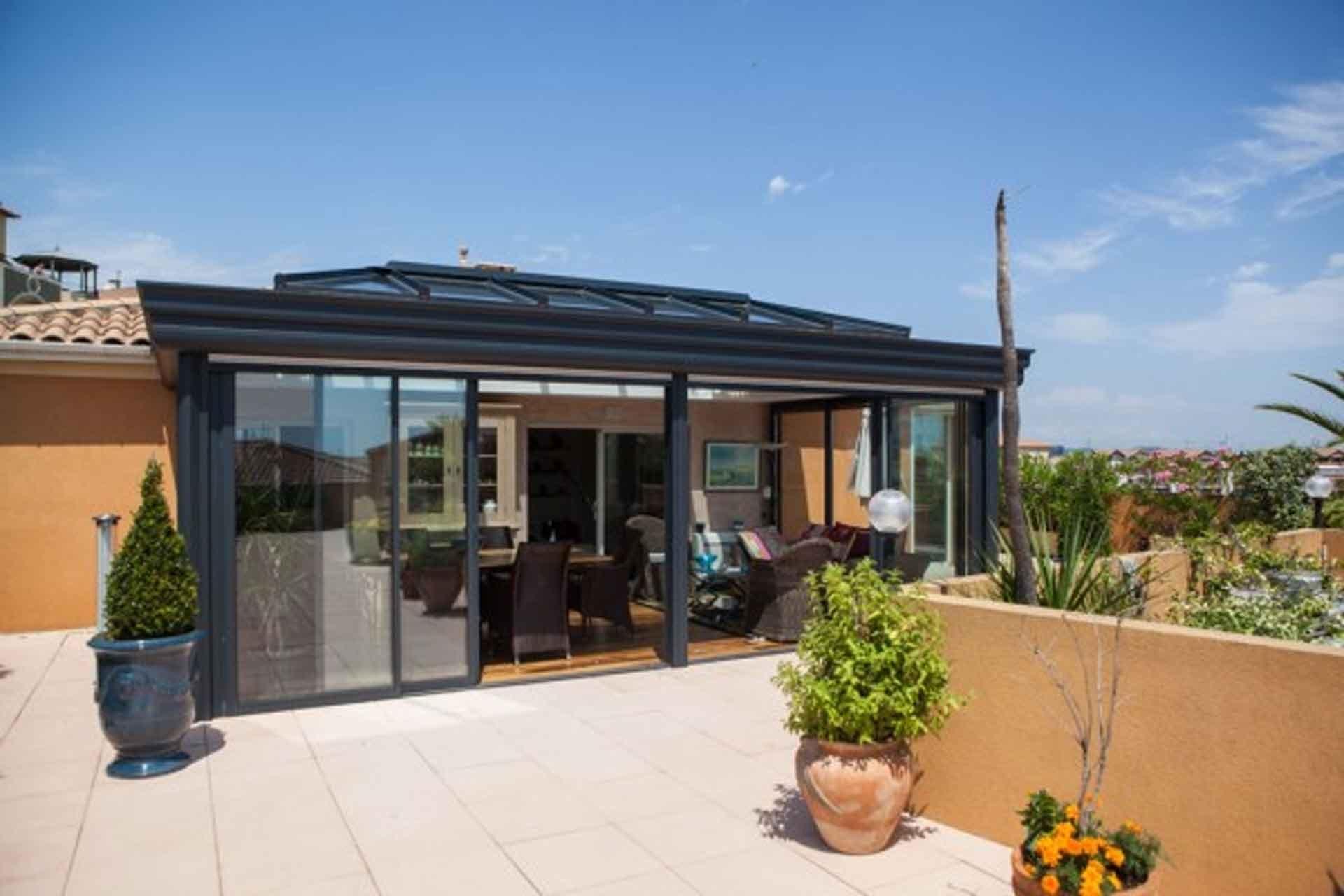 Véranda dôme vitré et toiture plate - Ambiance Vérandas