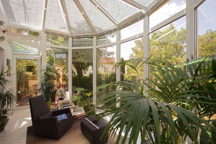 Ouvrir le salon sur le jardin avec une véranda