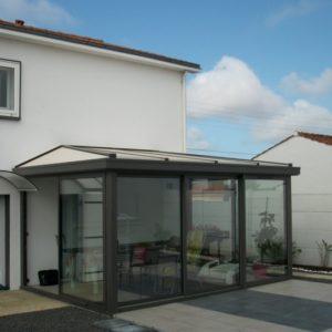 Installation véranda sur une terrasse en Vendée