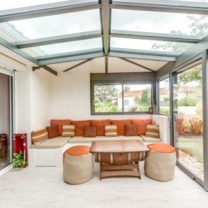 Construire un salon dans une extension toit traditionnel