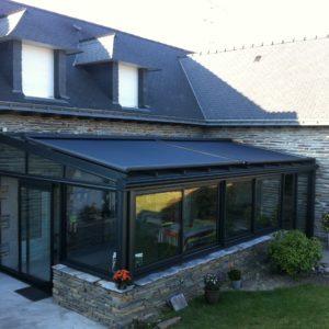 Grande véranda moderne avec store de toit