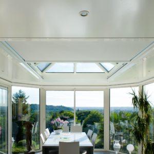 Store coulissant sur une fenêtre de toit