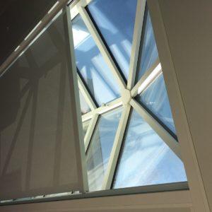Store coulissant devant une fenêtre
