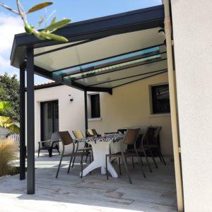 Installation auvent sur une terrasse
